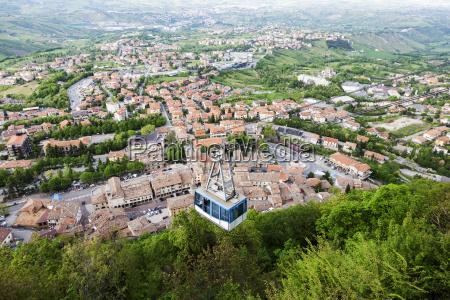 funivia sopraelevata con townscape in background