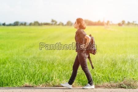 donna aspettare attesa andare femminile adolescente