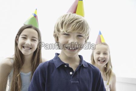 tre bambini che indossano cappelli di