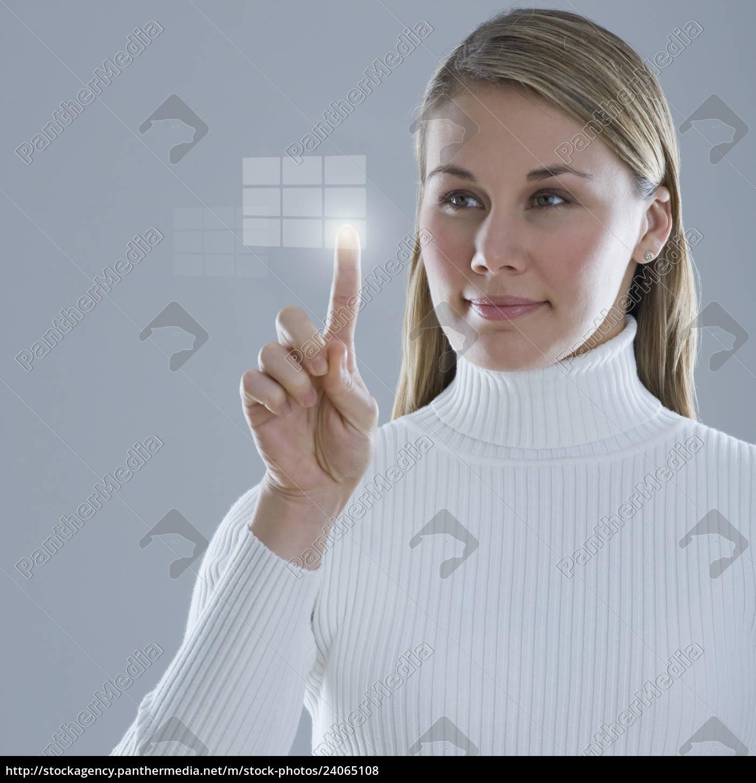 donna, che, tocca, display, illuminato - 24065108