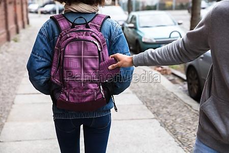 ladro rubare purse da zaino