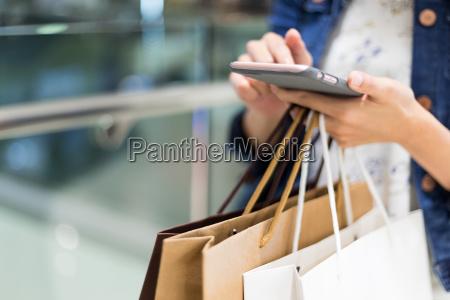 donna dello shopping con il cellulare