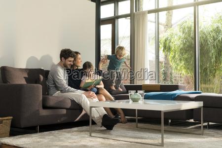 famiglia sul sofa nel libro di