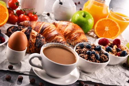 colazione servita con caffe succo di