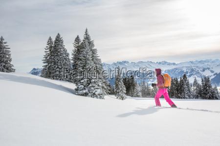 bella giovane donna racchetta da neve