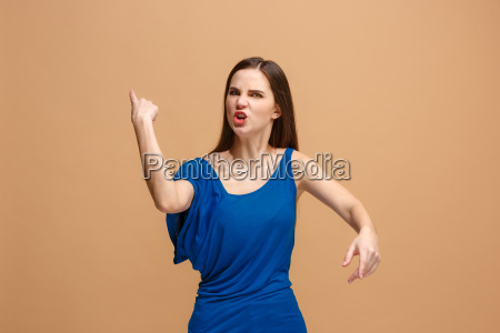 la giovane donna arrabbiata emotiva urlando