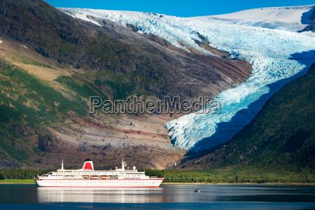 nave da crociera al ghiacciaio svartisen