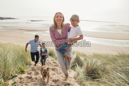 famiglia a piedi su una dune