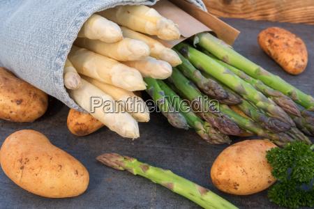 asparagi freschi con patate nuove