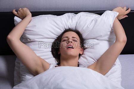 giovane donna in letto ottenere lorgasmo