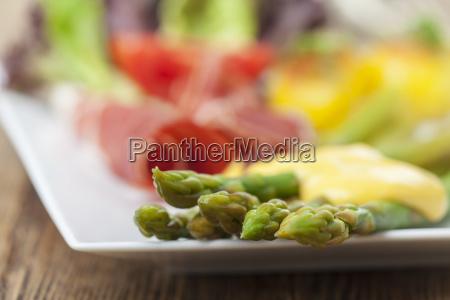 verde salsa sugo uovo asparago prosciutto