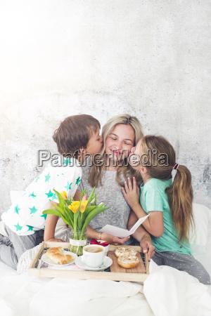 festa della mamma i bambini sorprendono