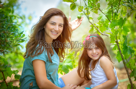 madre con figlia nel frutteto