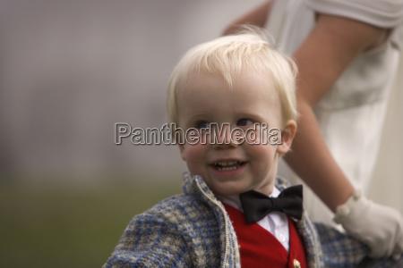 un giovane ragazzo sorridente che viene