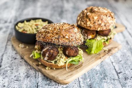 hamburger di falafel con tabbouleh