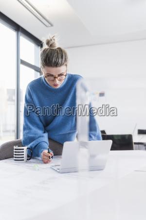 donna persone popolare uomo umano ufficio