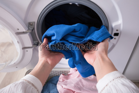 donna persona lavare lavaggio vestiti primo