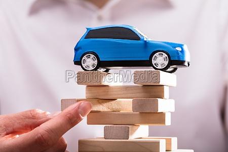 blu auto sopra blocchi di legno