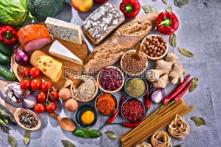 composizione con prodotti alimentari biologici assortiti