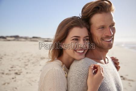 coppia romantica abbracciare su winter beach