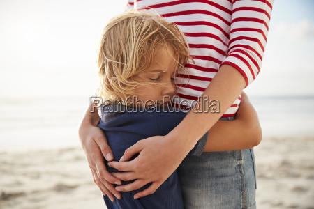 close up di madre abbracciando figlio