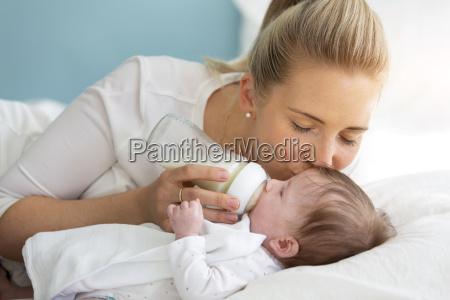 giovane bella madre sta alimentando il