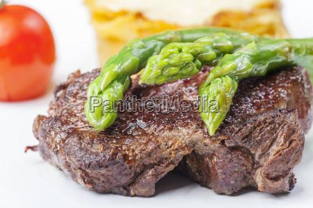 bistecca di manzo e asparagi verdi