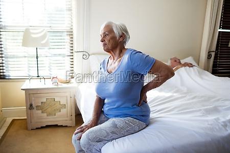 donna anziana che soffre di mal