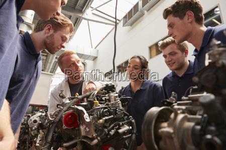 meccanico che mostra i motori agli