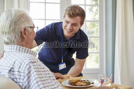 lavoratore di cura maschile che serve