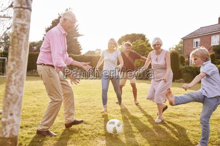 famiglia di diverse generazioni che gioca