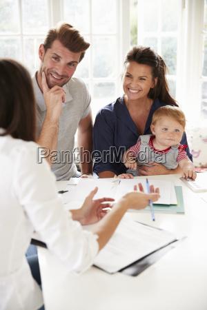 famiglia con bambino incontro consulente finanziario
