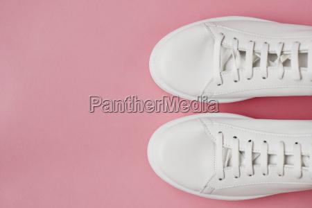 colpo in testa di scarpe bianche