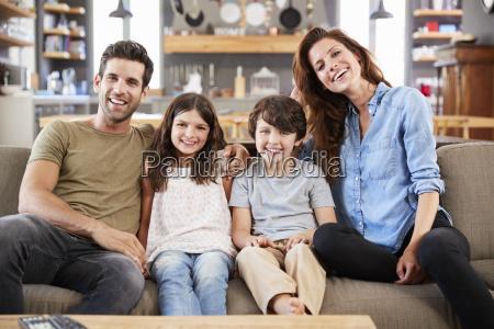 ritratto di felice famiglia seduto sul