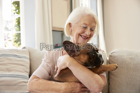 senior donna seduto sul divano a