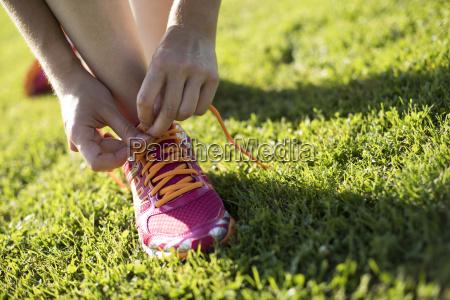giovane donna di fitness che corre