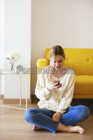 donna bionda che usa lo smartphone