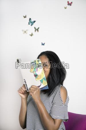 donna che copre il viso con
