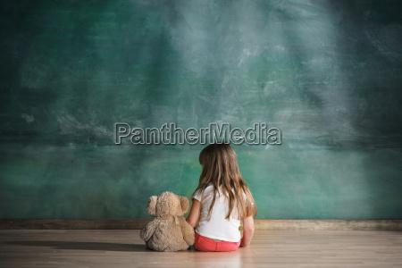 bambina con lorso di orsacchiotto che
