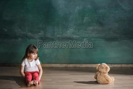 bambina, con, l'orso, di, orsacchiotto, che - 25137248