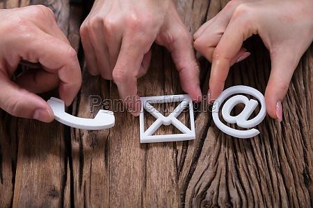 mani assemblare le icone di contatto