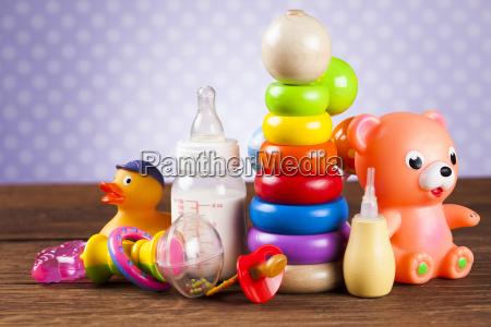 giocattoli ripieni su sfondo in legno