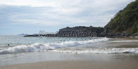 onde si infrangono in spiaggia e