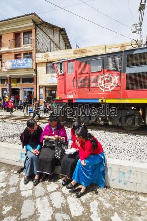 donne ecuadoriano sedute dalla stazione ferroviariaguamotechimborazoecuador