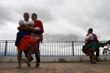 troupe di danza folcloristica che esegue