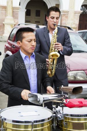 band che si esibisce al mirador
