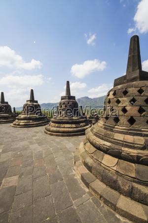 stupa di pietra in lattice contenente