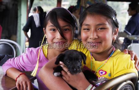 ragazze che tengono un cucciolocuencaazuayecuador