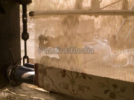 persona che fa un tappeto rajasthan