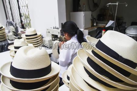 donna che cuce il bordo nero